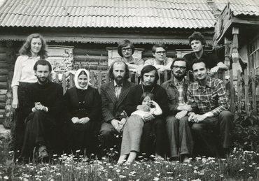Георгий Кочетков с друзьями на приходе у отца Аркадия Шатова. 1979 г.