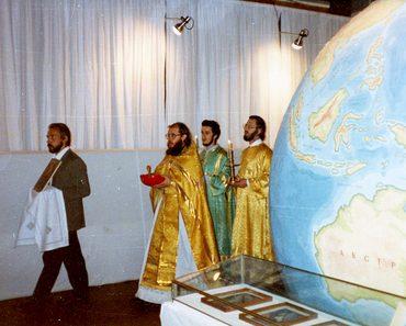 Крестный ход «вокруг Земли» — глобуса, занимавшего центральное место в интерьере храма Успения в Печатниках, ещё занятого в начале 1990-х гг. музеем морского флота