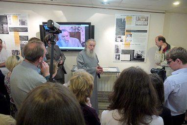 Первую экскурсию провел протоиерей Павел Адельгейм, специально приглашенный на открытие. Он был лично знаком с людьми, о которых рассказывает экспозиция