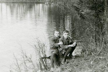 Юрий Кочетков со старшим братом Олегом. Конец 1950-х гг.