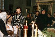Владыка Кирилл (Гундяев) крестит оглашаемых Георгия Кочеткова на Страстной в храме ЛДА. 1982 г.