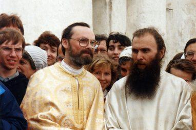 Священник Георгий Кочетков и член попечительского совета СФИ архимандрит Зинон (Теодор). Псков, 1995 год