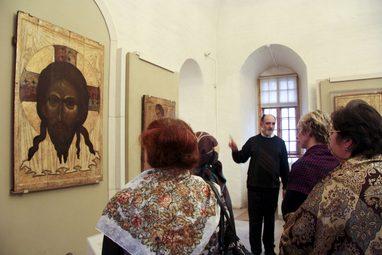Профессор, к.п.н. Александр Копировский проводит учебную экскурсию, 2012 год