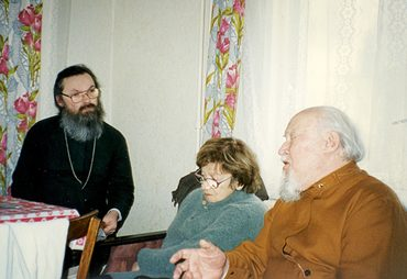 Священник Георгий Кочетков дома у архиепископа Михаила (Мудьюгина) в Петербурге. 1998 г.