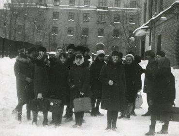 У школы. 1968 г.