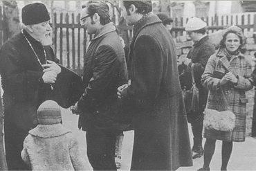 Протоиерей Всеволод Шпиллер (†1984), Георгий Кочетков и Александр Копировский у храма свт. Николая в Кузнецах. Середина 1970-х гг.