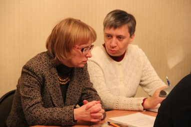 Преподаватель гомилетики Лидия Крошкина и преподаватель миссиологии Наталья Адаменко на заседании кафедры миссиологии, катехетики и гомилетики