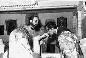 О. Георгий Кочетков и С.С. Аверинцев. После праздничной литургии 4 декабря 1990 г. Временно приспособленное для богослужений подвальное помещение у Троицкого храма г. Электроугли