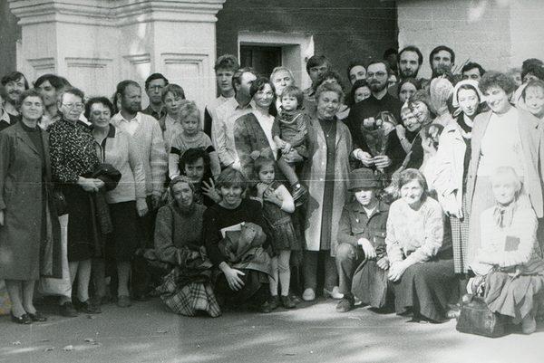 С братьями и сестрами в Новодевичьем монастыре в день священнической хиротонии. 24 сентября 1989 г.