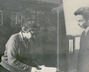 В школе с учителем физики Лией Марковной. 1967 г.