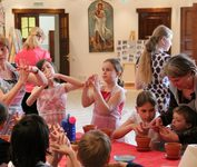 Пасхальный праздник, организованный КПЦ «Преображение», для детей поселка Красный. 2012 г.