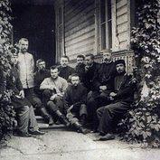 Николай Неплюев (сидит у окна) с общиной Крестовоздвиженского православного трудового братства.