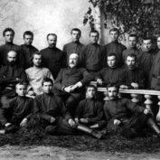 Николай Неплюев и священник Александр Секундов с членами Крестовоздвиженского православного трудового братства, ок. 1904-1907 годов
